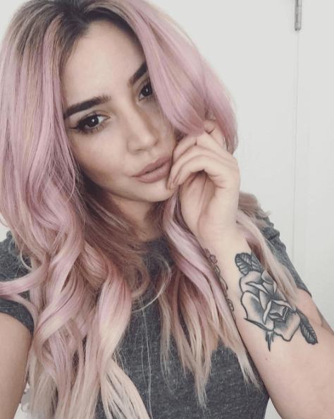 pastel lyserødt hår