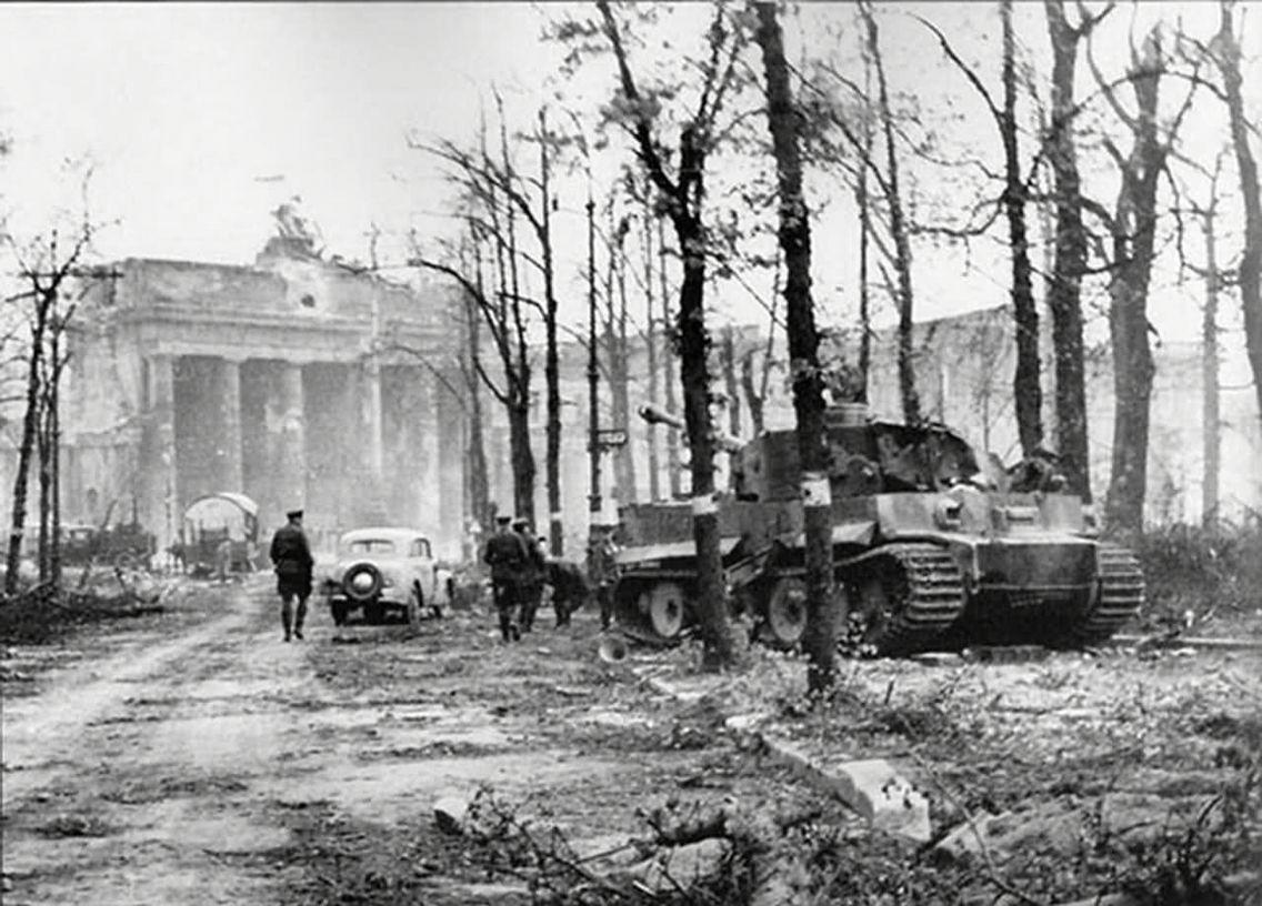 Tiger Of The Panzerabteilung Muncheberg Berlin 1945 Brandenburger Tor Berlin Panzer Berlin Geschichte