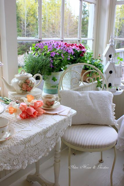 A Cozy Corner A Pot Of Tea And A Friend Or Two To Share The Brew Makes For A Charming Setting Shabby Chic Homes Decor Shabby Chic