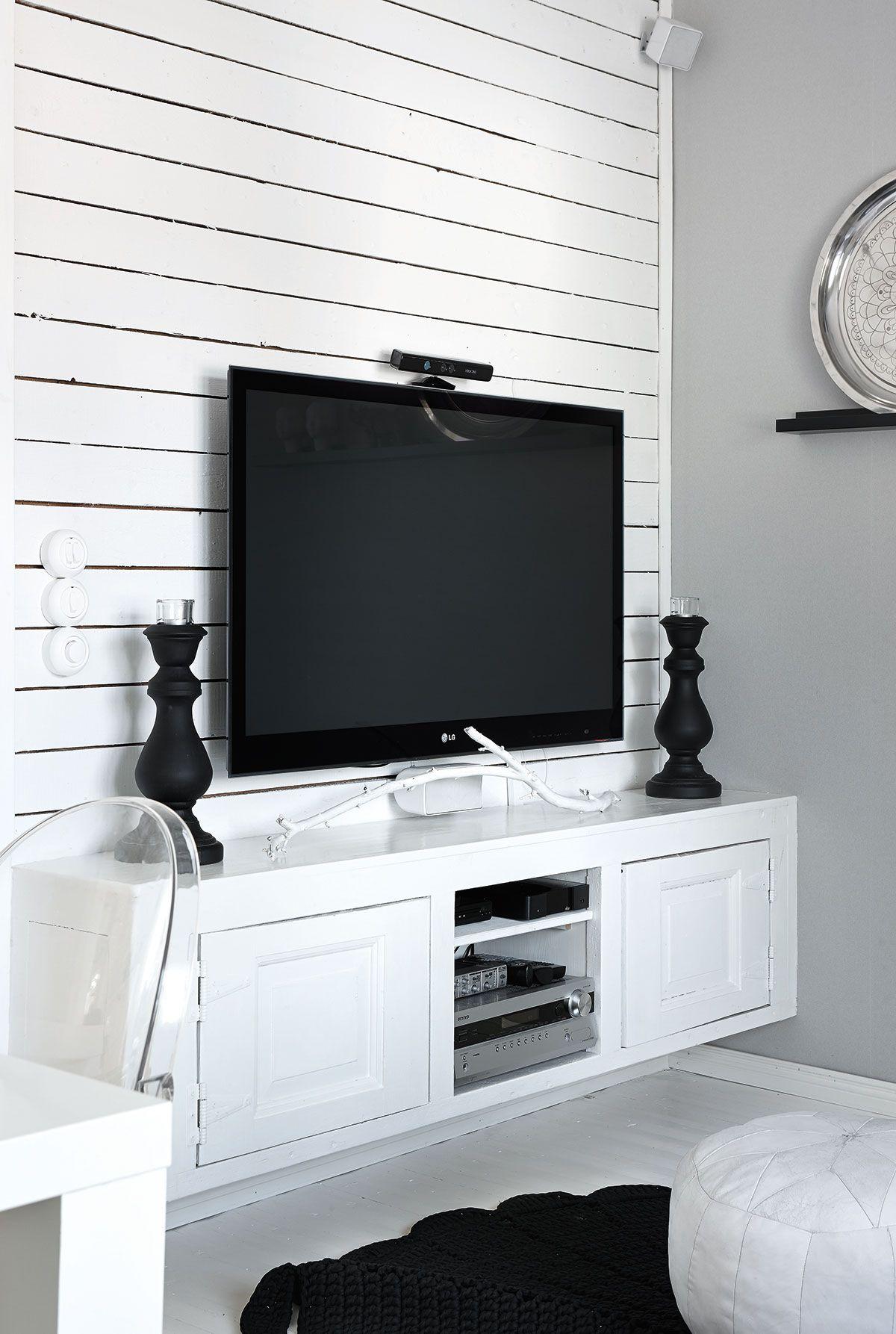 Tv-taso on Petruksen tekemä. Se on tehty talosta puretuista vanhoista ovista. Virkattu matto on Minnan taidonnäyte.