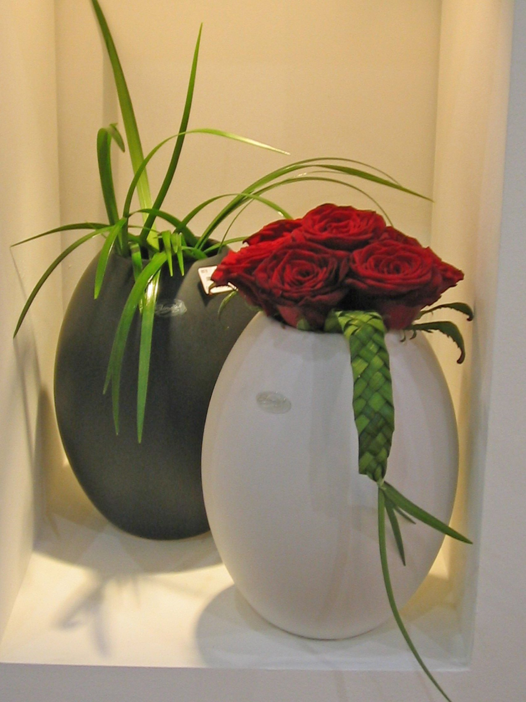 14vr red rose and foliage in black and white vase red flower 14vr red rose and foliage in black and white vase reviewsmspy