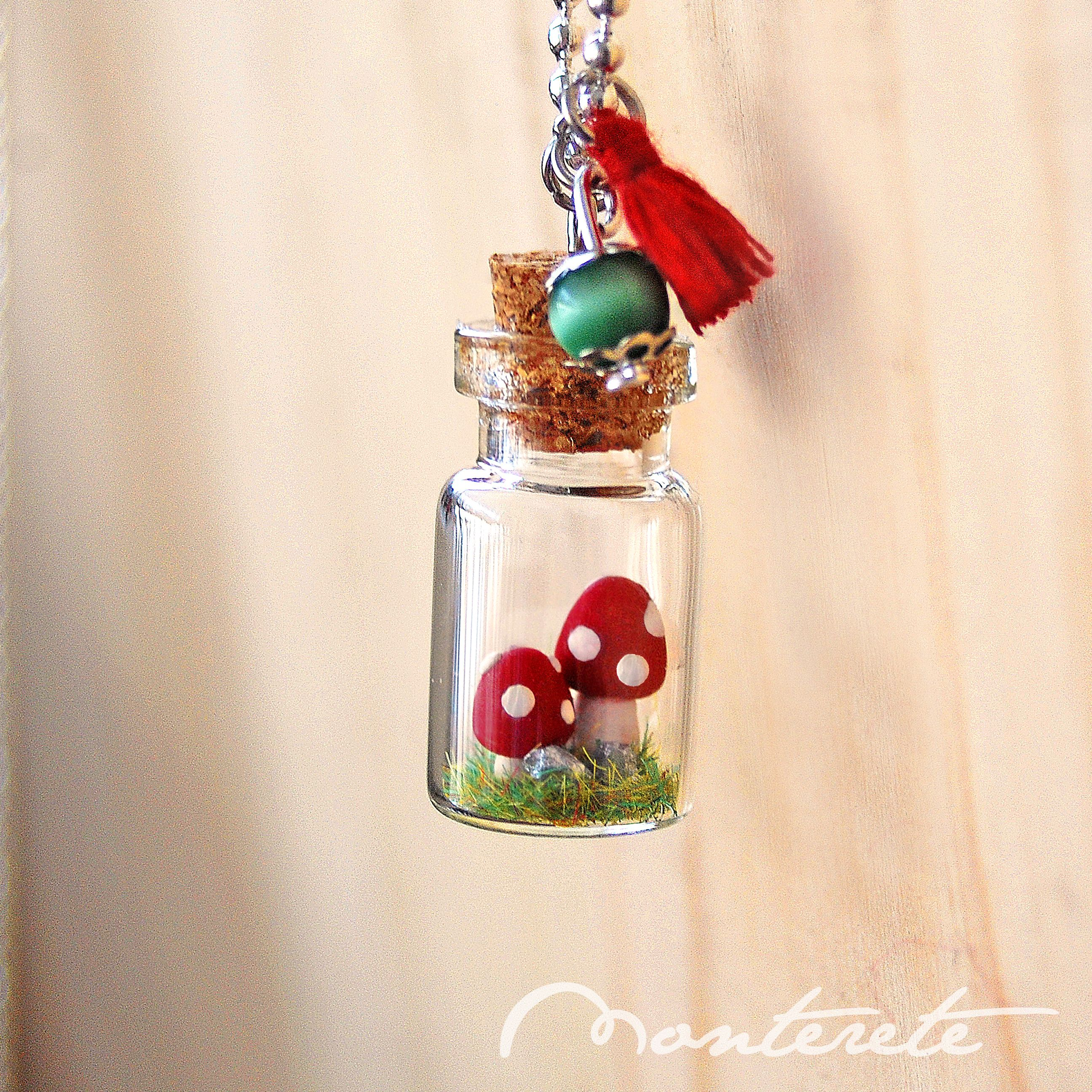 Collar botellita de cristal con diorama mini setas - Manualidades con botellas de cristal ...