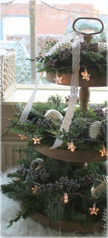 eine wundersch n geschm ckte etagere weihnachtsdeko weihnachten weihnachtsdekoration und. Black Bedroom Furniture Sets. Home Design Ideas