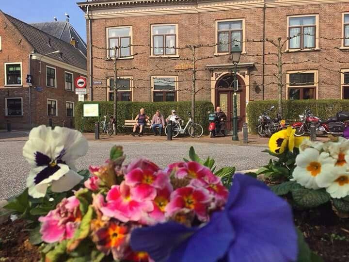 JBEEMA: Dorpsplein 10-04-2015. Let ook op de ooievaars op de NH-kerk!