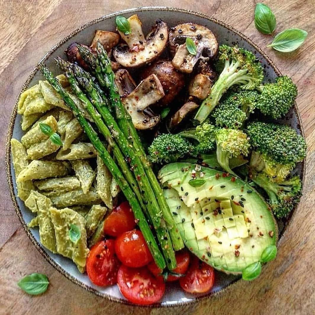 @recipes_superfood • • • • • • Bowl loaded with peas pasta + green pesto, roasted vegetables (mushrooms, green asparagus, broccoli, tomatoes) and 1/2 avocado. 🥙⠀ ⠀ By @wls.your.mind .⠀ .⠀ .⠀