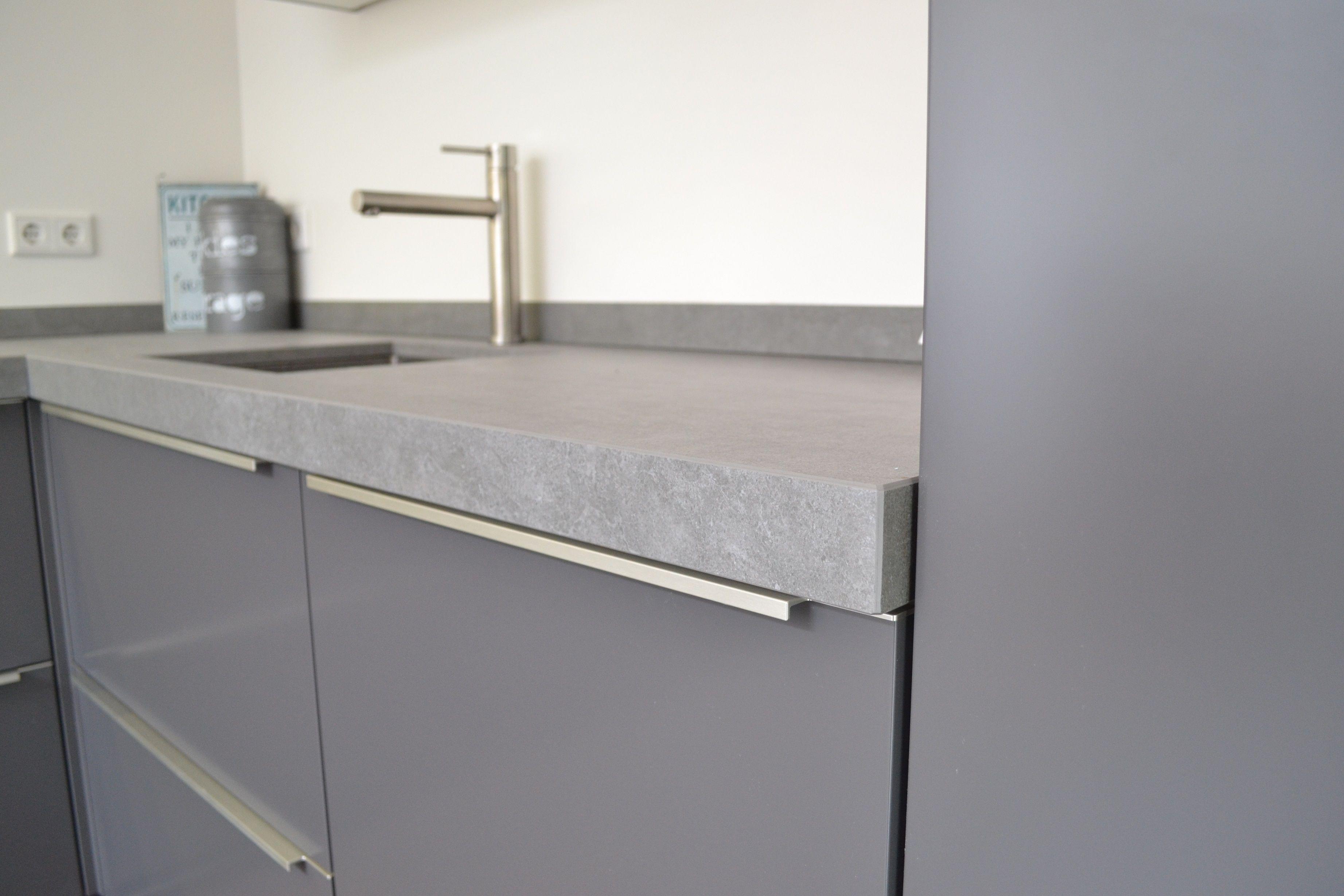 Hoogglans Grijs Keuken : Grijze hoogglans keuken met mooi grijs blad keuken in
