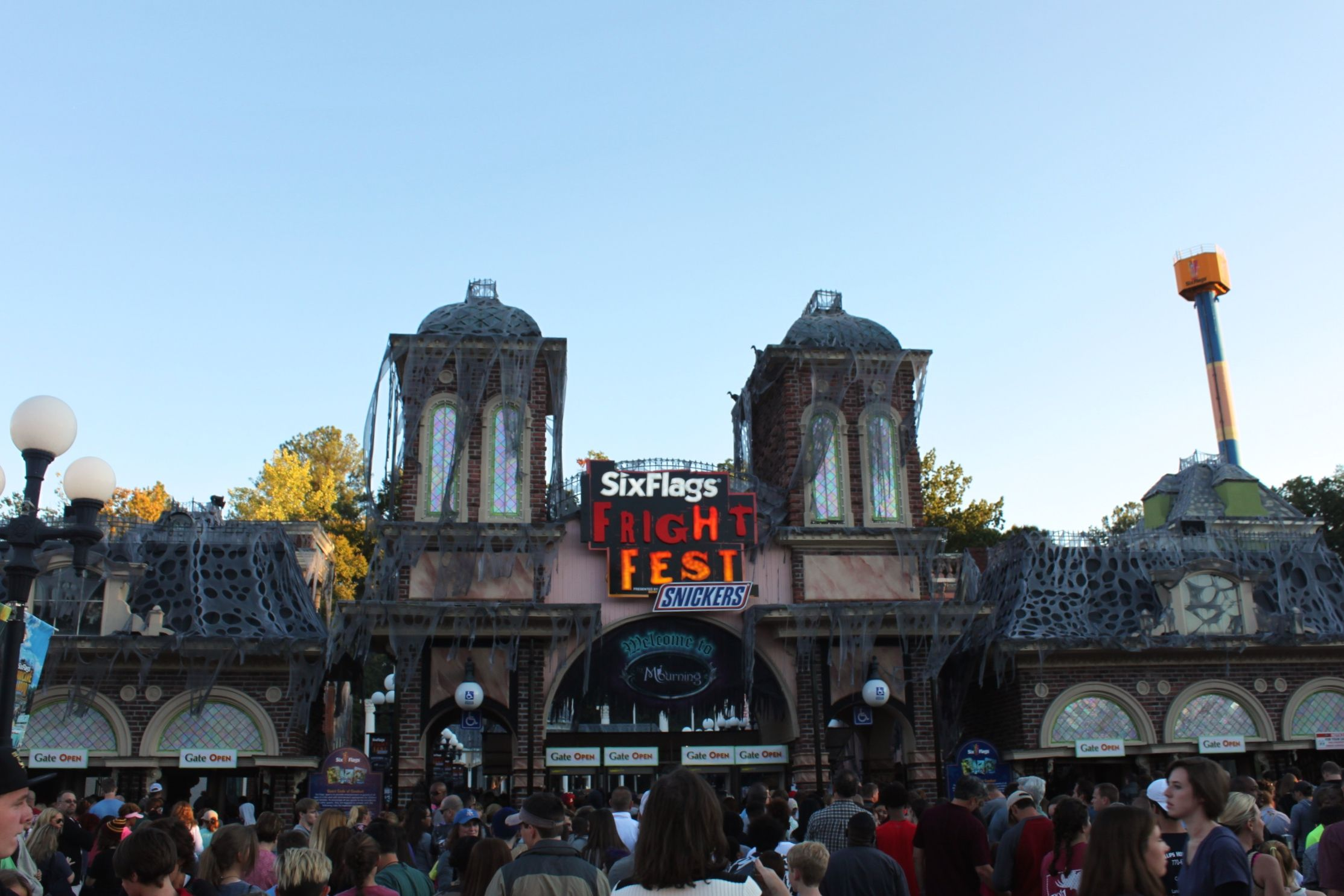 A First Timer S Guide To Six Flags Fright Fest This Is My South Theme Park Six Flags Year Six