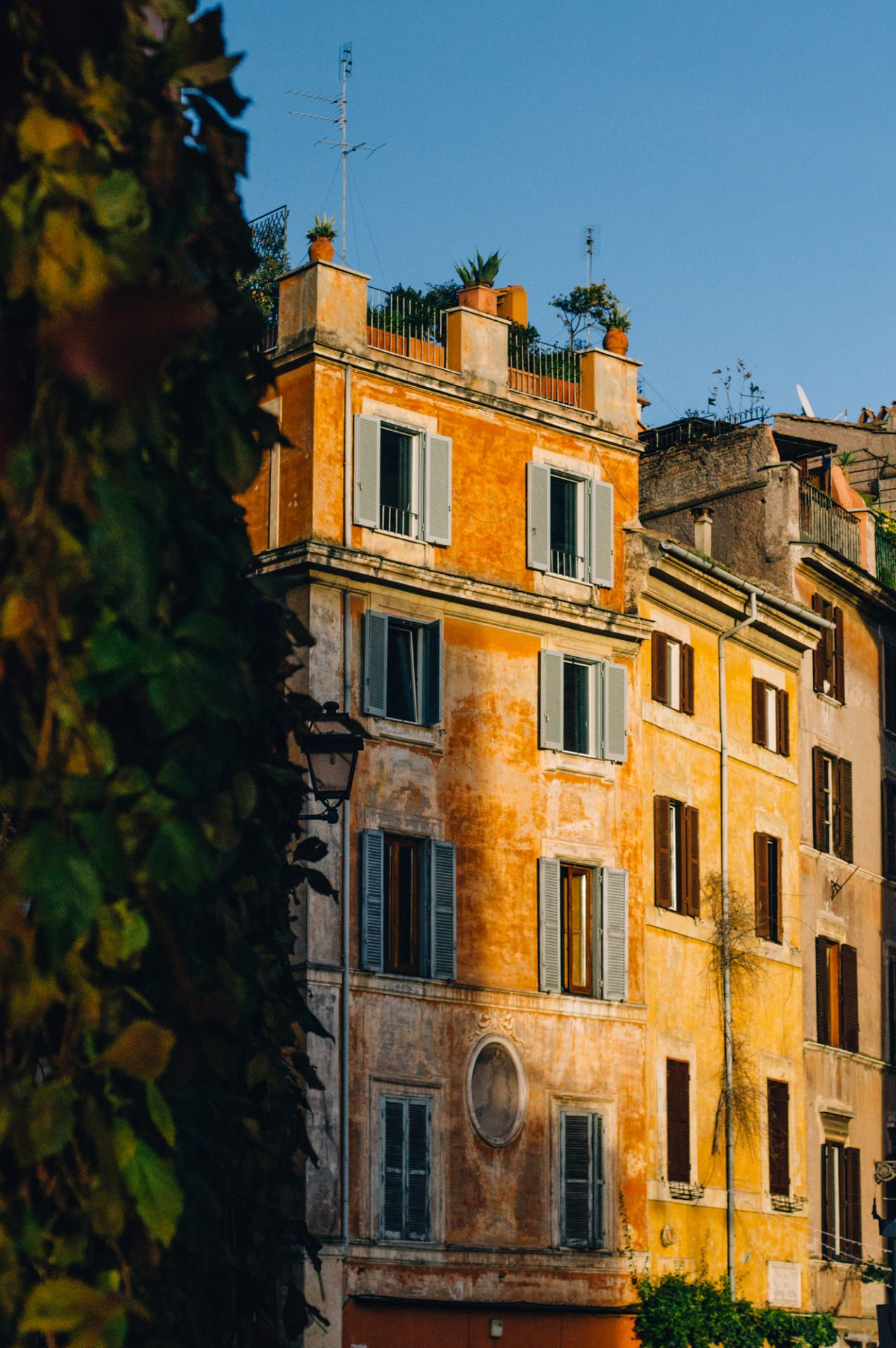 Golden rome dolce vita in rome italy pinterest for Maison italienne architecture