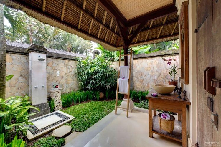 Exotische Gartenlandschaft Und Outdoor Dusche Umgeben Von ... Garten Ideen Tropisch Exotisch Bilder
