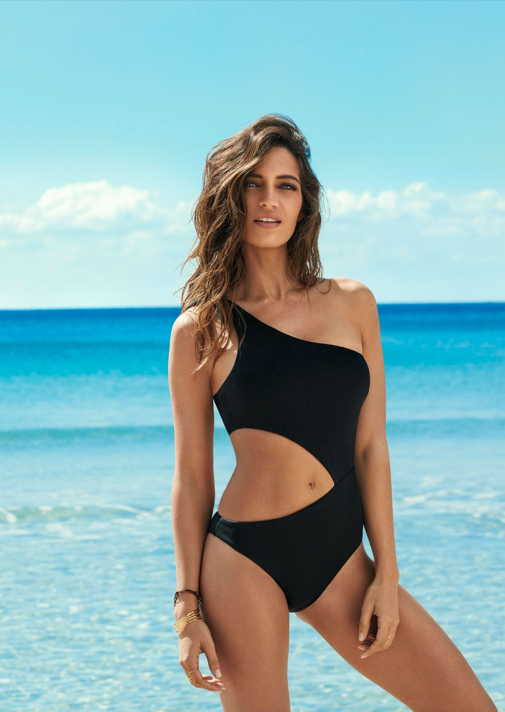 7643c6af27eb Sara Carbonero con bañador negro de Calzedonia | CHIC STYLE ...