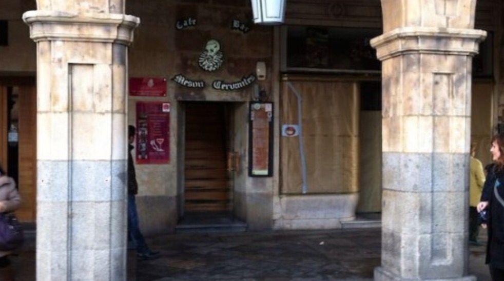 Soportales de la Plaza Mayor de Salamanca. Entrada al mesón Cervantes, lugar de culto en los años 70.