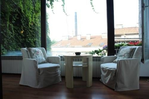 Green Apartment In Skadarlija Beograd Situated in the Stari Grad district in Belgrade, this air-conditioned apartment is 400 metres from Trg Republike Belgrade. Green Apartment In Skadarlija boasts views of the garden and is 2.1 km from St. Sava Temple.