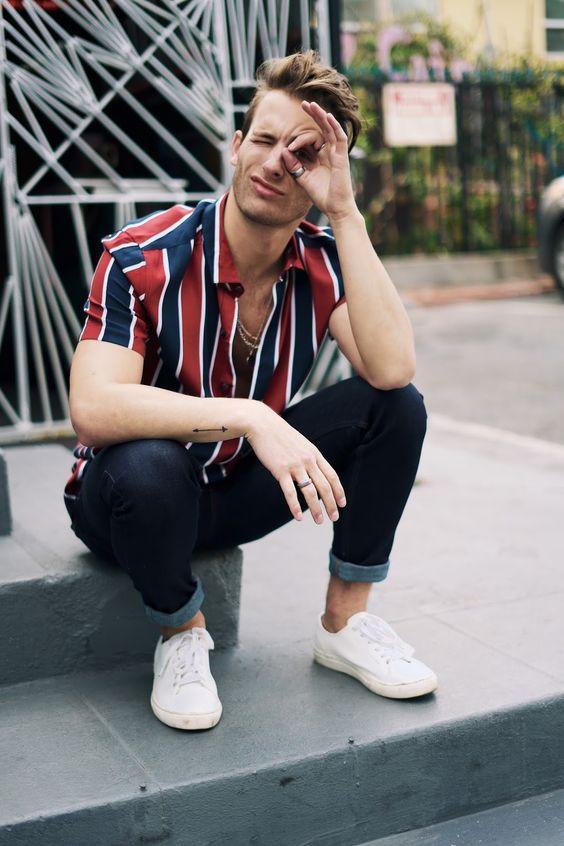 look masculio com camisa listrada para festival de musica