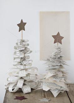 diy weihnachtsdeko weihnachtsb ume aus zeitungspapier streifen selber basteln deko f r. Black Bedroom Furniture Sets. Home Design Ideas