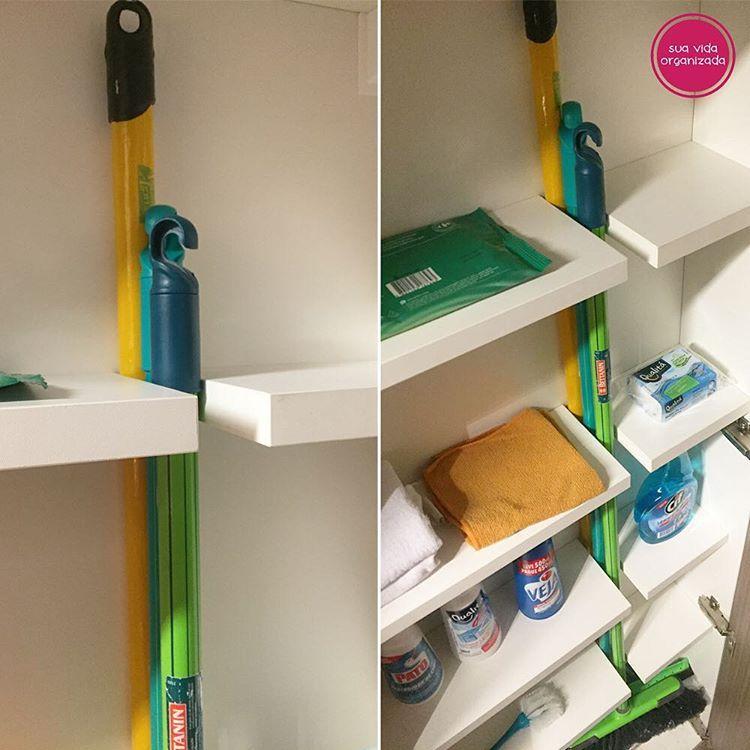 Apartamento com projeto do @racinemourao. Armário (@bontempo_oficial) de produtos de limpeza com parte especial para guardar vassouras. Achamos genial, pois o arquiteto conseguiu usar todo espaço da pequena cozinha. ✳️