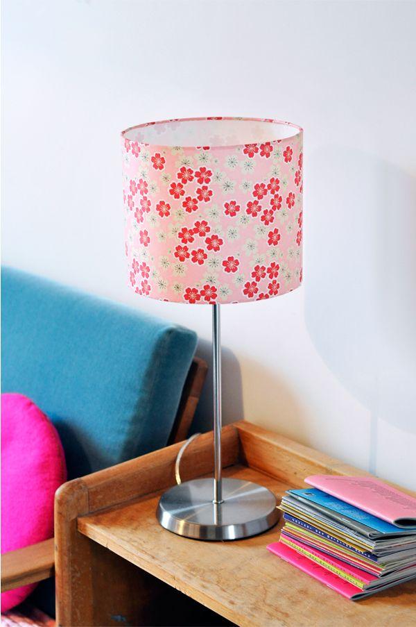abat jour en papier japonais washi fleurs banches et rouges sur fond rose adeline klam. Black Bedroom Furniture Sets. Home Design Ideas
