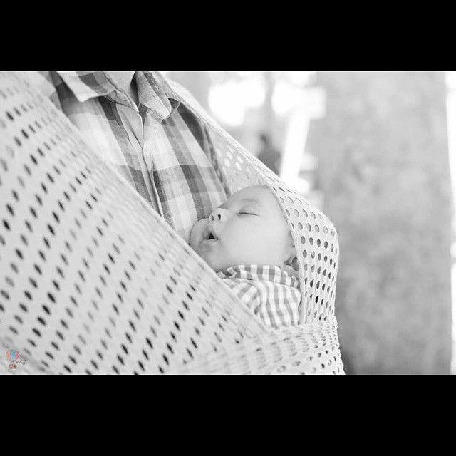 Sling wrap + pai = bebê dormindo.  #fotografiainfantil #fotografia #sling #mairasuarezfotografia