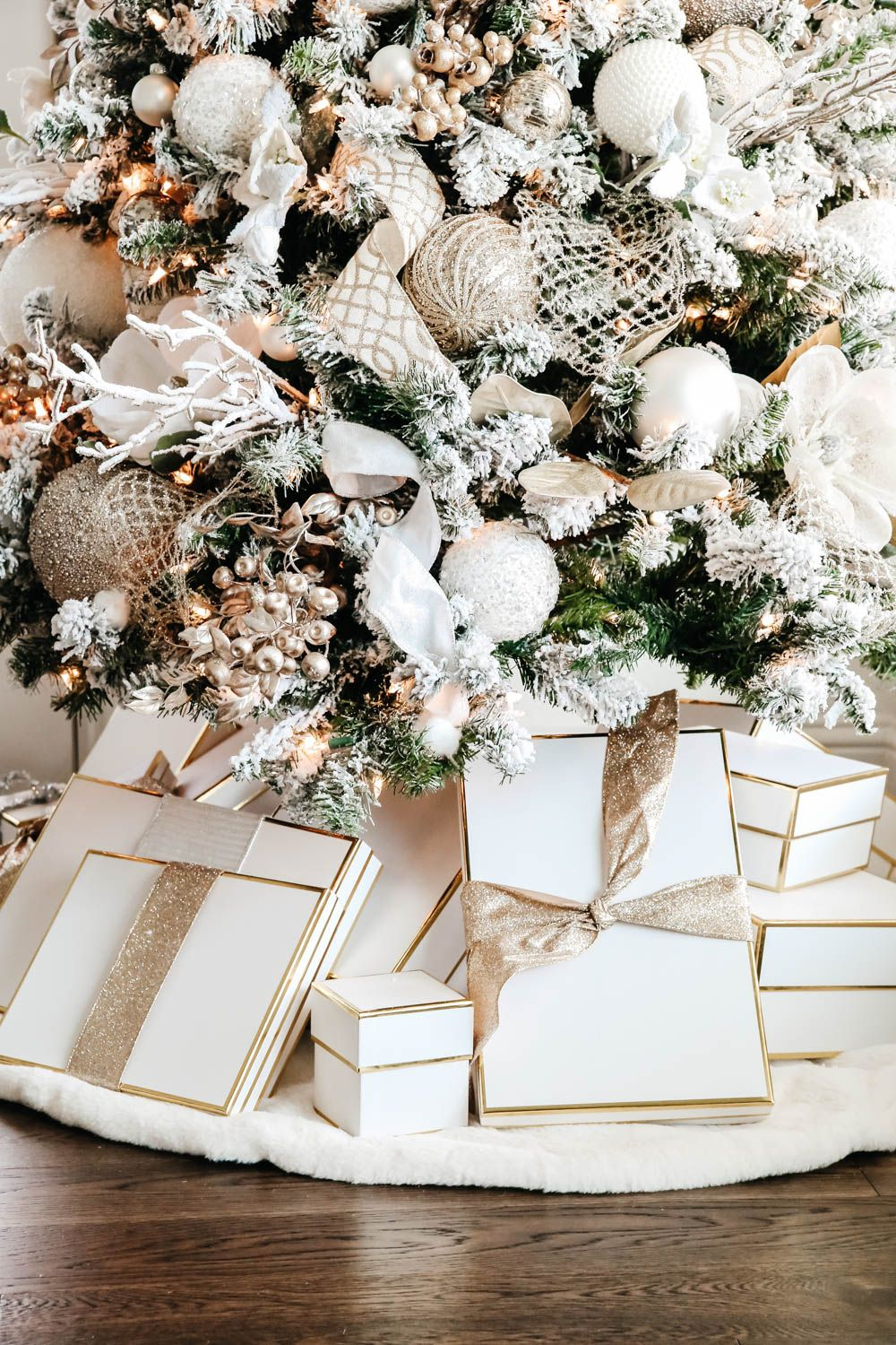 Classic neutral Christmas tree decorating ideas. #ABlissfulNest #Christmastree #Christmasdecorating