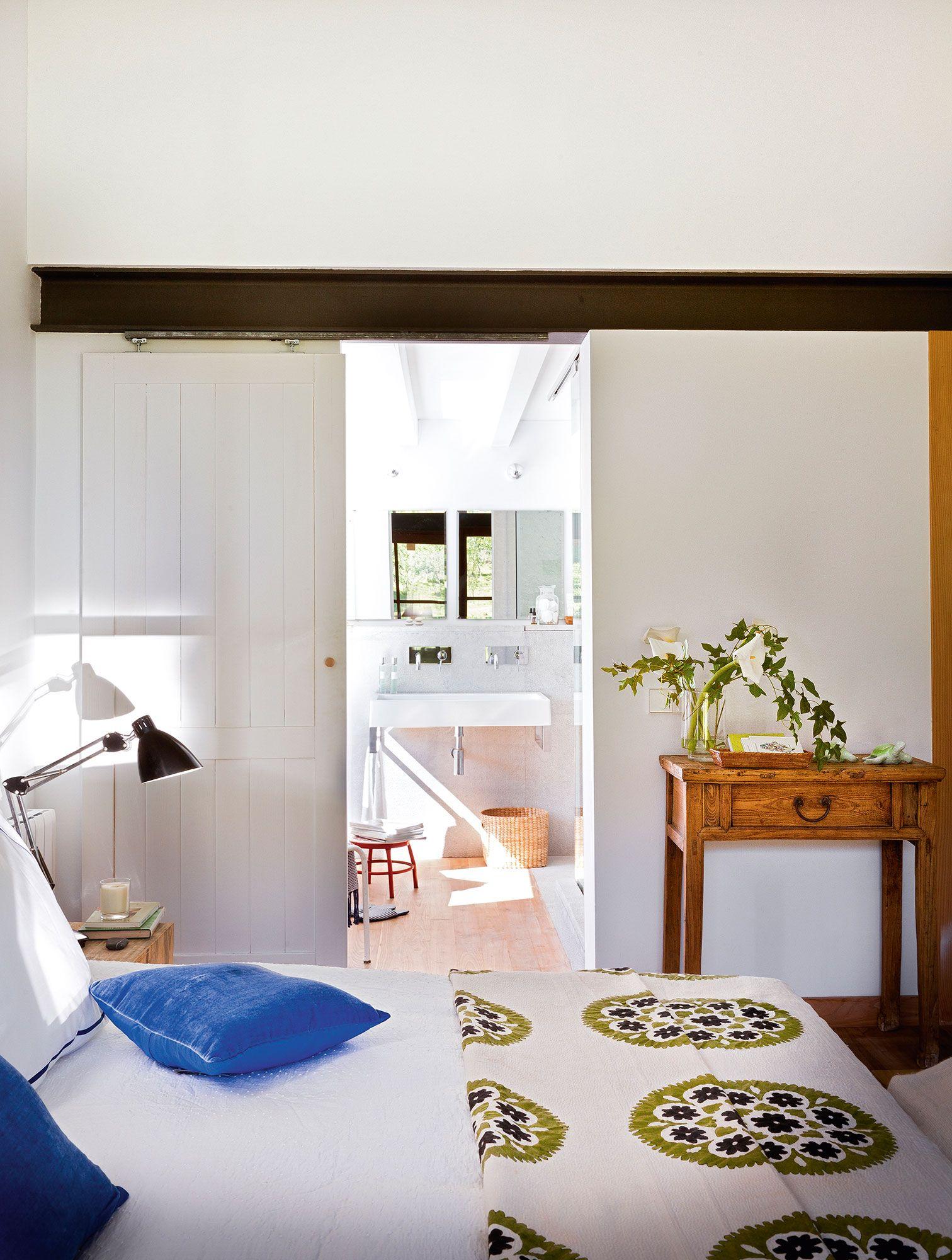 Dormitorio blanco con puerta corredera que unica con el ba o