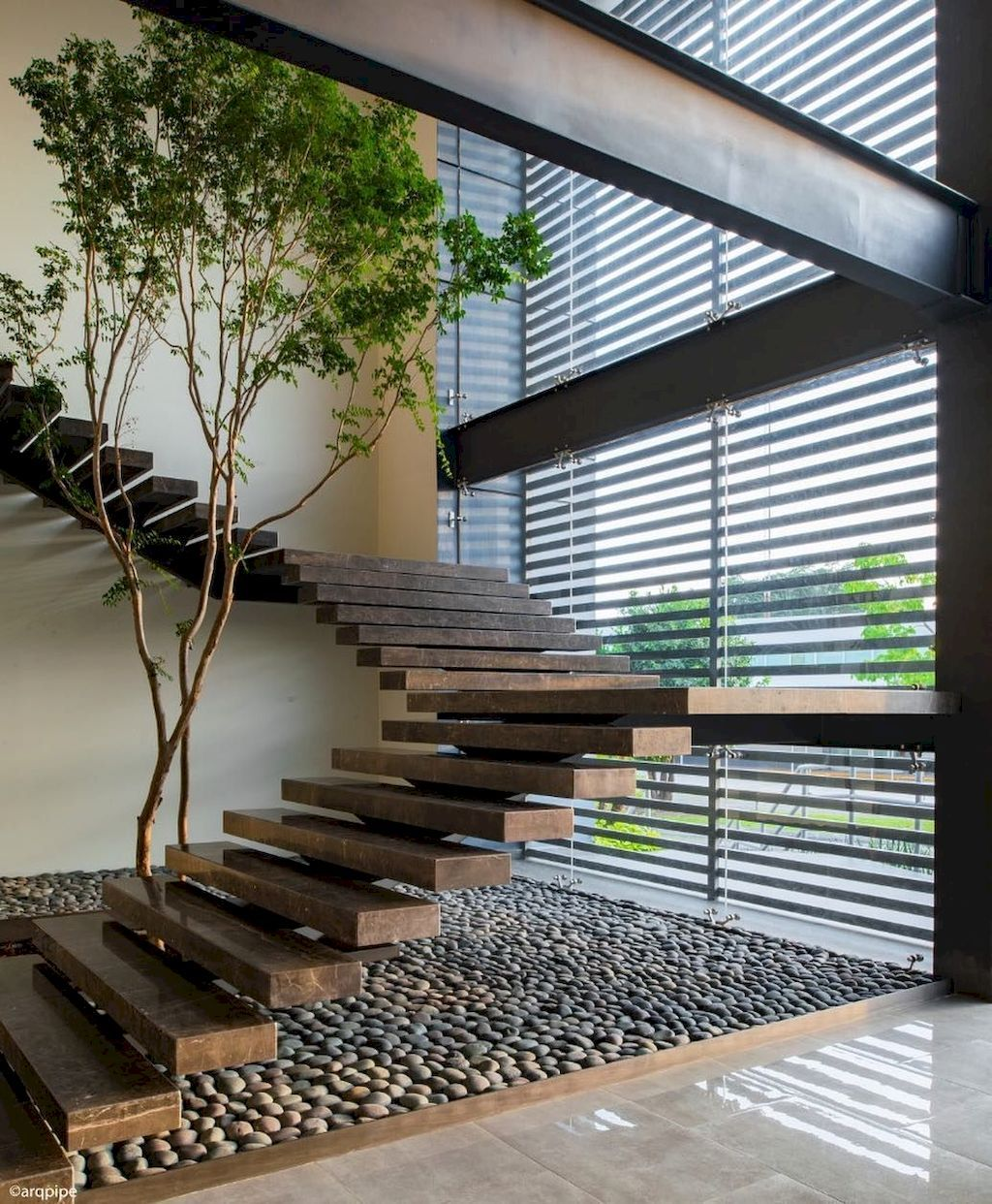 The Beautiful Staircase Decor Of The House Becomes Comfortable