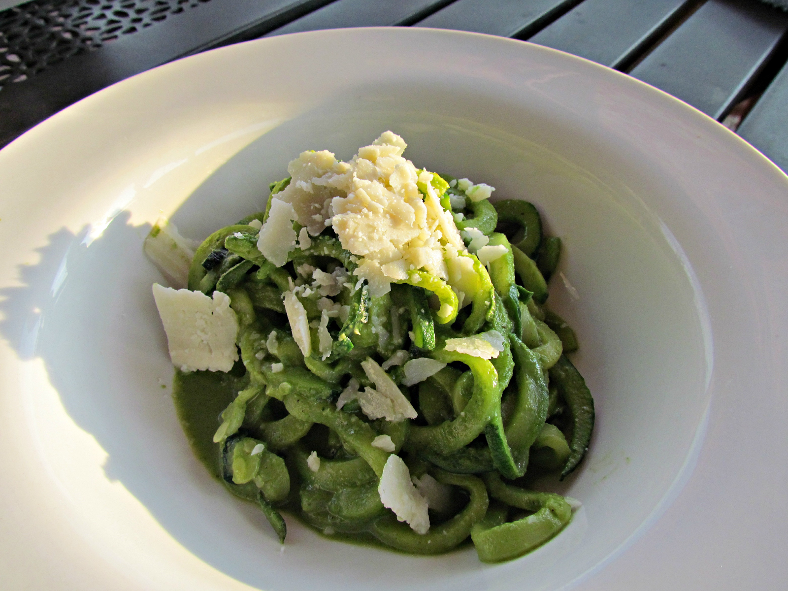 """Sparkle, Sweat, and Juice: Spiralized Zucchini """"Noodles"""" with Kale-Pesto Green Smoothie Sauce"""