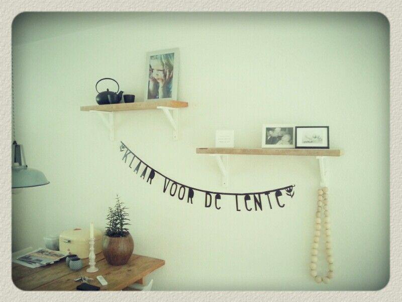 Plankjes van de tafel aan de muur gehangen.