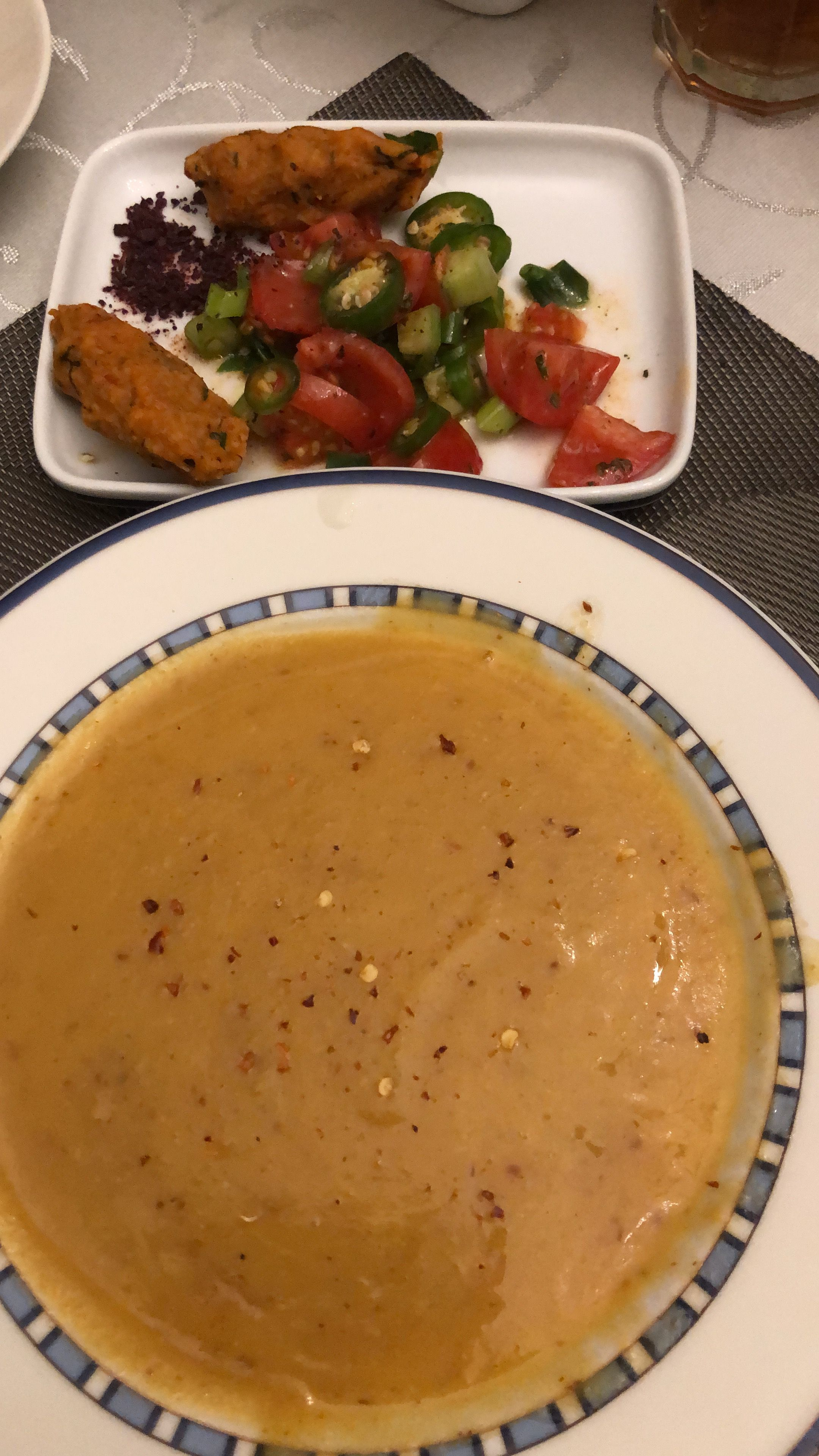 Turkische Linsensuppe Linsenboulette Mit Salat Turkische Linsensuppe Linsensuppe Turkisch