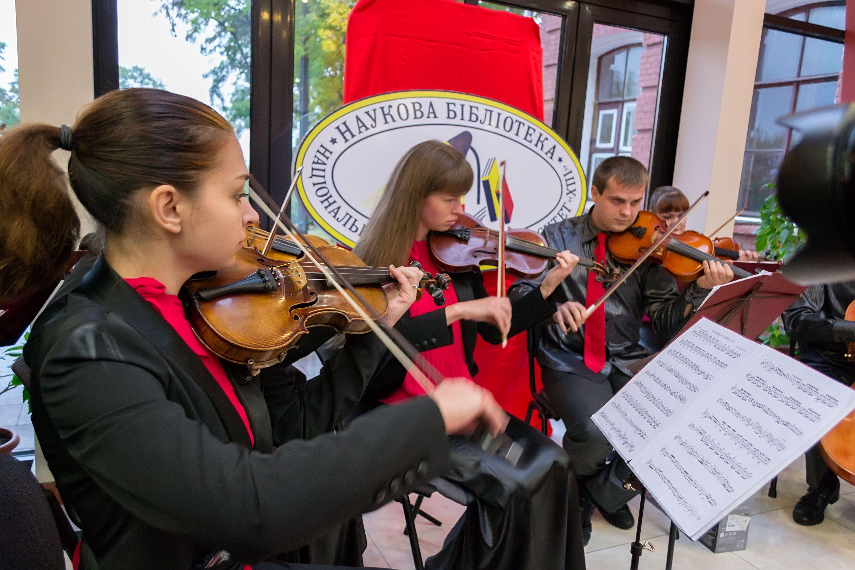 Гостей вітали камерний хор НТУ «ХПІ», ансамбль скрипалів та інші творчі колективи Палацу студентів