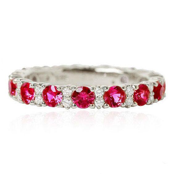 Prachtige eeuwigheid ring met robijnen en diamanten.  Materiaal: -14 k goud -Diamanten 0,15 ct VVS2/F (kan variëren van de grootte van de ring) -Robijnen 2.5 mm -2.7 mm breed  Gratis geschenkdoos.  Express verzending met DHL (3-6 werkdagen).  Als u wilt de stenen vervangen door een andere - schrijf ons en we zullen de kosten met de edelstenen die u wilt berekenen.  Meer info in onze winkel-https://www.etsy.com/shop/JewelryEscorial  Word lid van onze instagram-account…