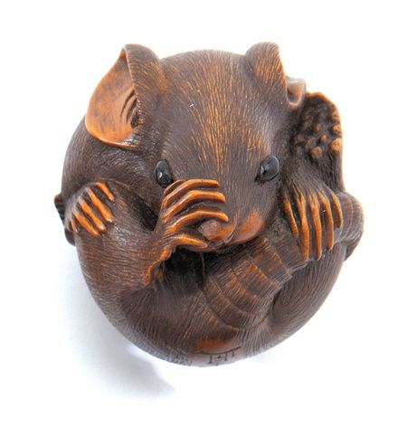 A large wood netsuke of a coiled rat, signed Masanao, 19th century. Finely detailed fur the eyes inlaid. 3.8 cm | Burma