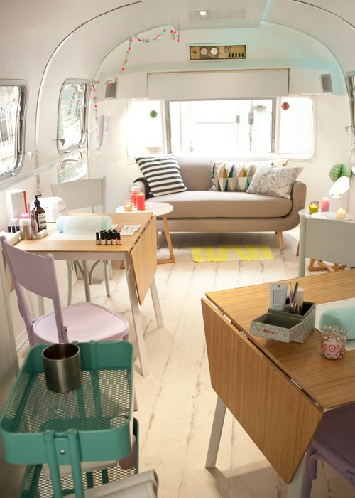 Le Nail Truck Le Bus Itinerant Pour Les Fans De Manucure Salon A Domicile Salon De Beaute A Domicile Salon Esthetique