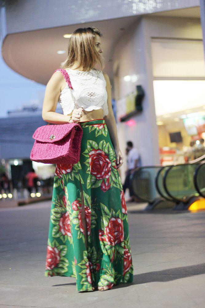 5b3e5aef263 Street Style look. Saia chita floral com blusa de renda branca e bolsa Jô  De Paula Ateliê ( Jô de Paula Ateliê) pink