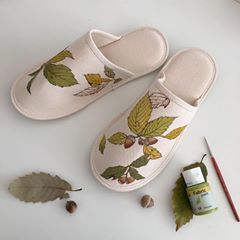 "Photo of 이정진 Jung Jin Lee on Instagram: ""도토리나무 슬리퍼 🐿💛✍🏻 등산 갔다 주워온 도토리와 같이 ~^^ *🎨fabric paints 👉🏻~dylon fabric paint ,pebeo setacolor ,deco textile  #나이들수록더좋아지는#산⛰🍂 #좋은하루되세요💛…"""