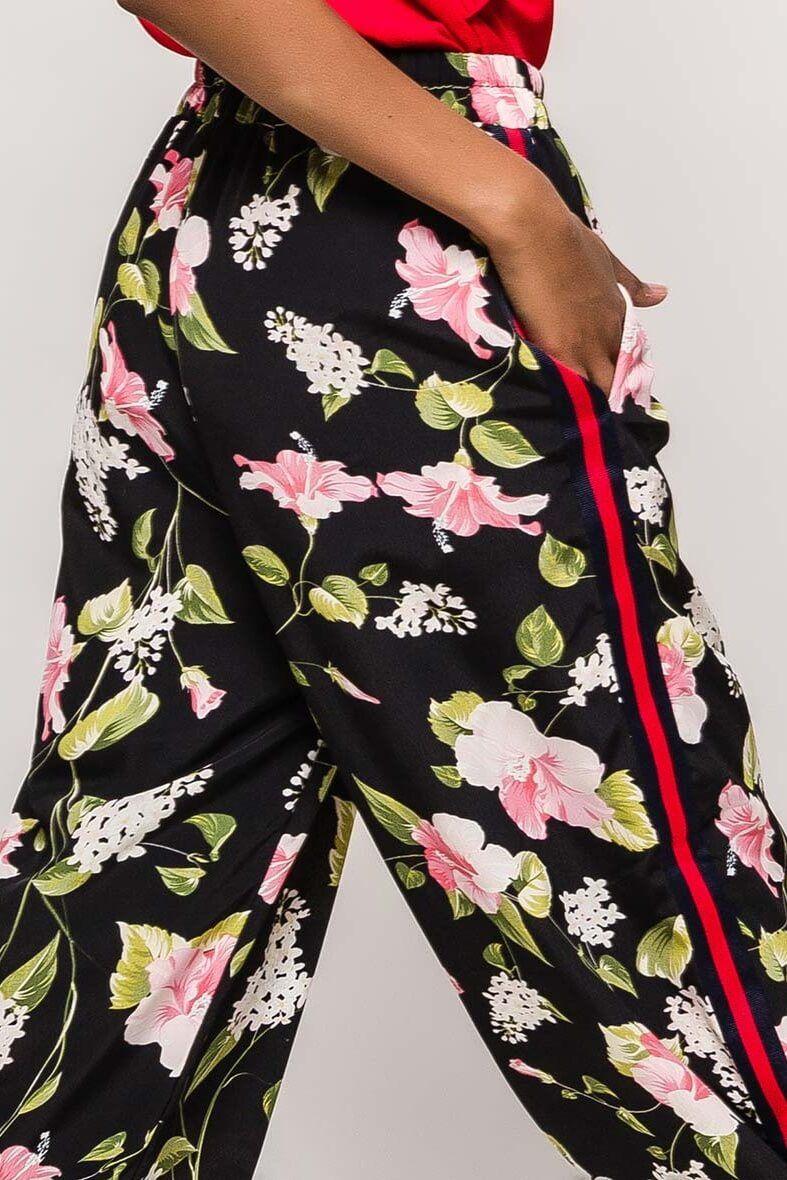 4e163afca4b4 Čierne kvetované dámske nohavice s pásikom