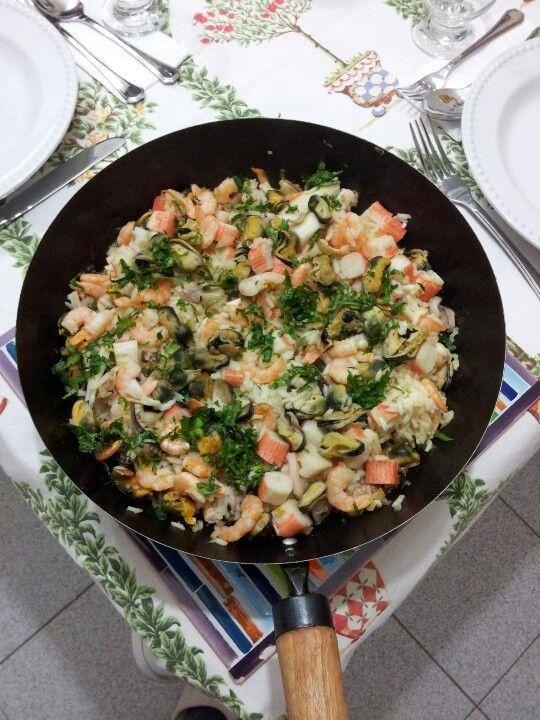 Paella Arroz con Mariscos. Camarones, choritos, pulpo, kanikama, leche de coco, curry y cilantro.