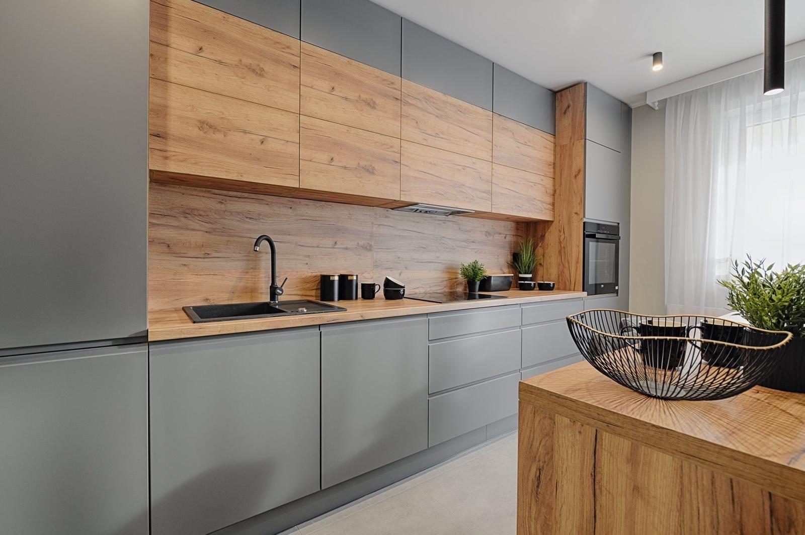 Proste Matowe Fronty Kuchenne W Odcieniu Szarosci Ocieplono Blatem O Strukturze Drewna Oraz Rzedem Sza Kitchen Design Decor Kitchen Room Design Kitchen Design