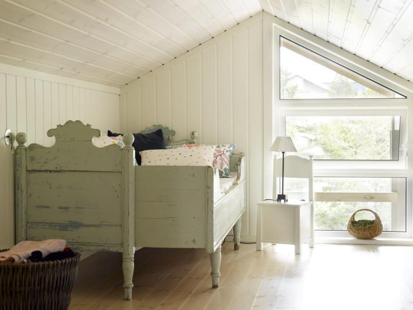 Photo of LANDLIG SOVEROM: Soverommet har hvitmalte vegger og hvitbeiset tak. Den sjarmere …