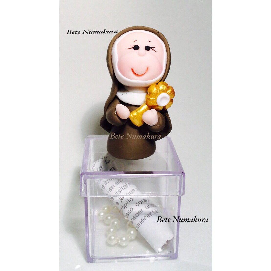 Santa Clara em caixa acrilica 4x4x4 Acompanha mini terço e oração