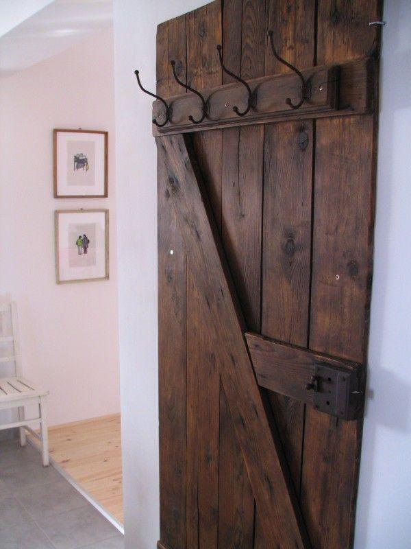 si tienes o puedes conseguir una puerta antigua restaurarla y puedes hacer un perchero muy. Black Bedroom Furniture Sets. Home Design Ideas
