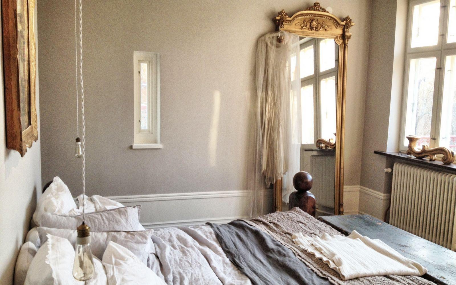 Un grand miroir en bois sculpt dans la chambre la chambre passe en mode cosy pinterest - Miroir dans la chambre ...