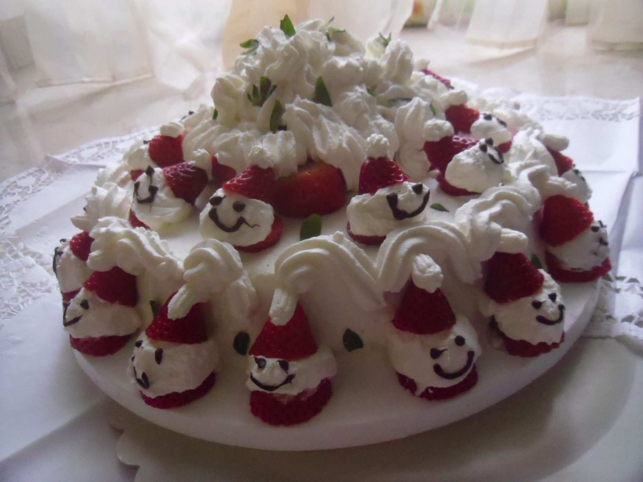Ricetta torta alle fragole con omini di fragola fragole for Decorazioni di torte con panna montata