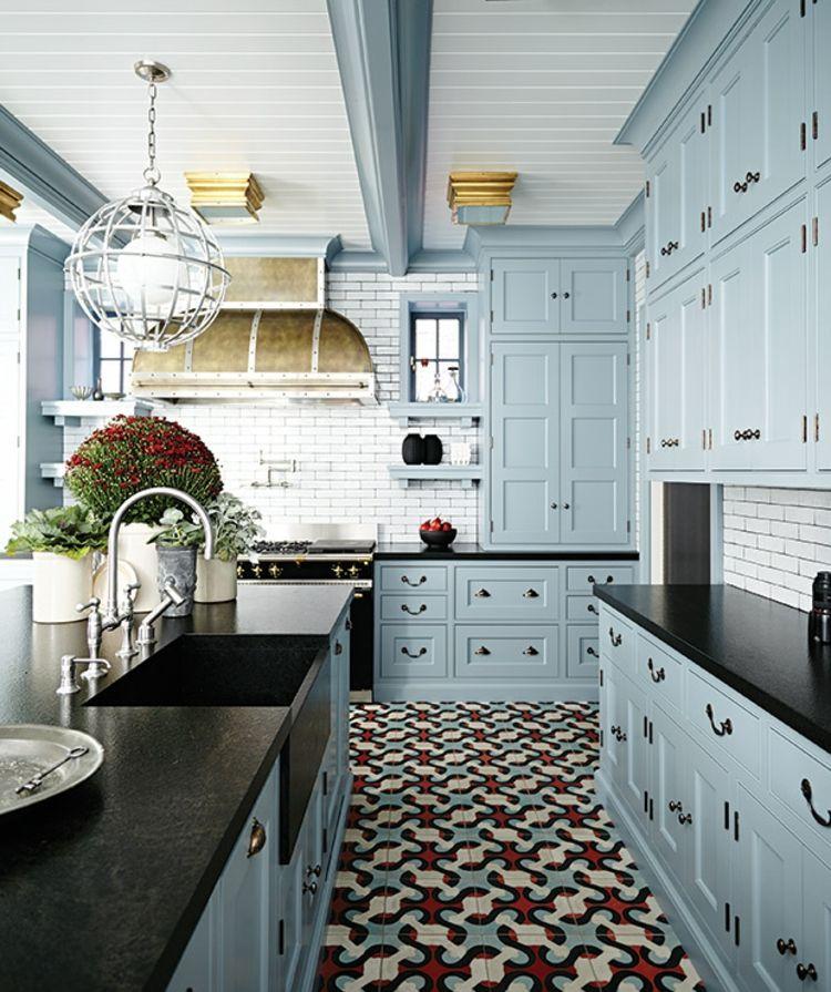 Küchenideen hellblaue Küchenschränke und bunte Bodenfliesen | Küche ...