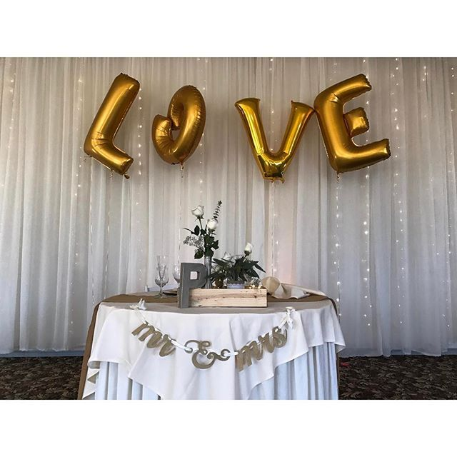 We LOVE this couples balloons at their sweetheart table! 🎈❤️ #love #wedgewoodwedding #wedding #colorado #kencaryl #wwkencaryl