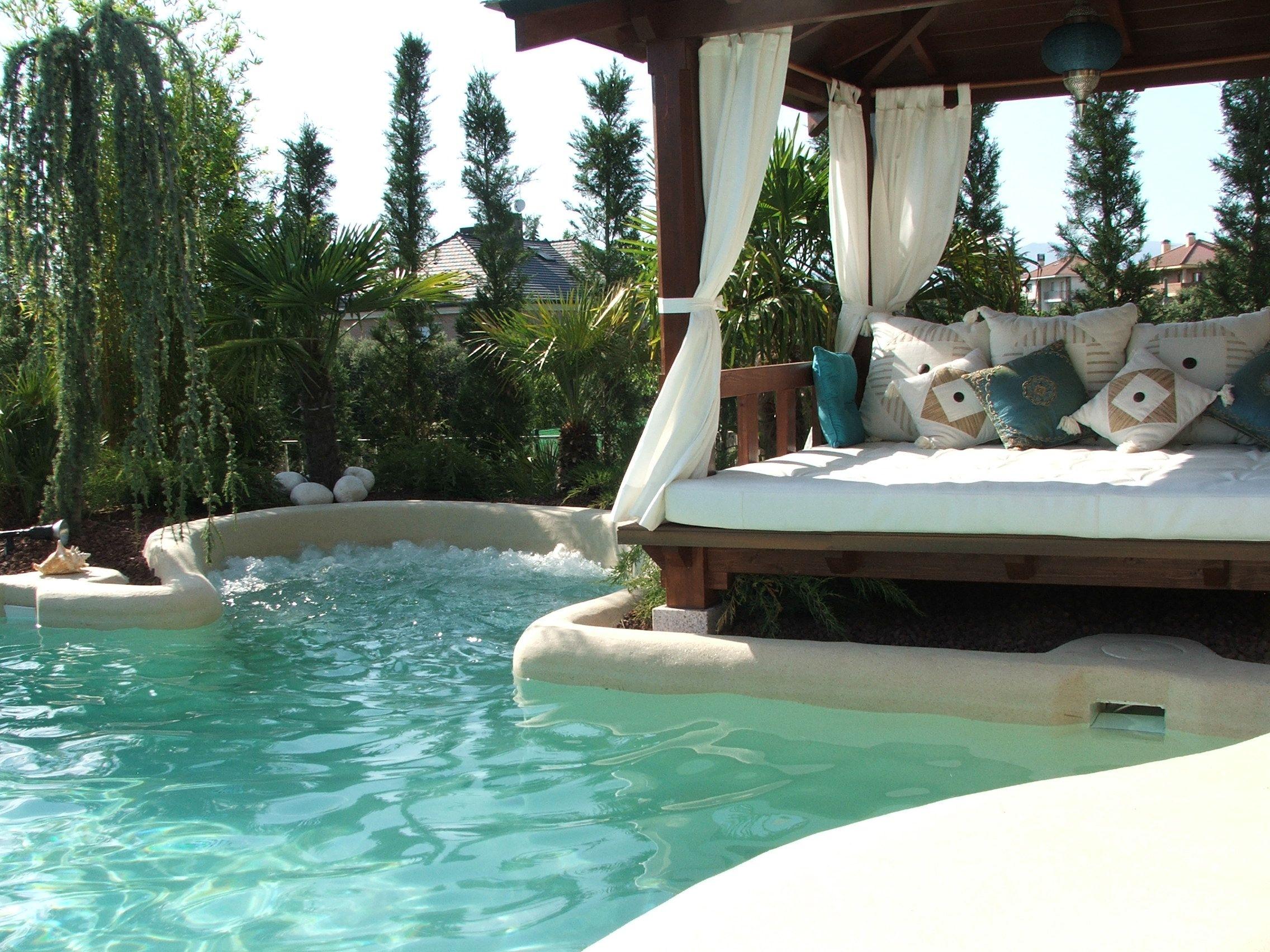 El banco de burbujas y la zona chill out, convierten esta piscina de ...