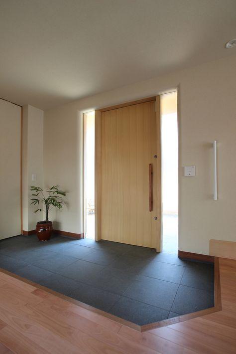 車椅子の使用を見越して 玄関建具は幅の広い引戸としています 建具
