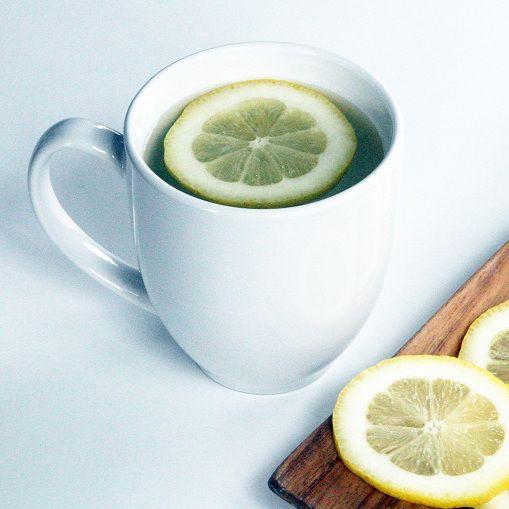 Dlaczego warto pić ciepłą wodę z cytryną?