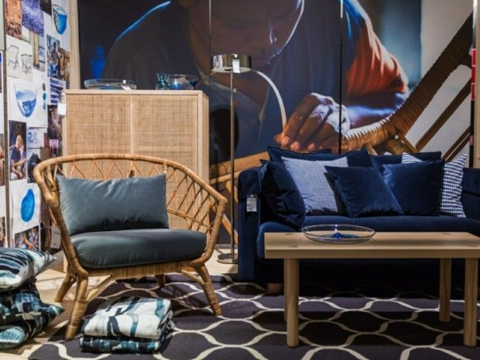 rattanstuhl blaues samtsofa musterteppich ikea stockholm