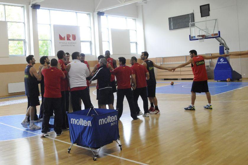 Spanish National Basketball Team At The Eurobasket 2011training Session On Mru Campus Basketball Teams Campus Basketball
