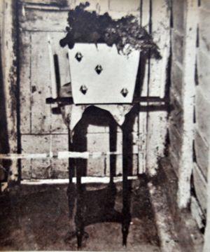 El pobre ataúd de un niño campesino muerto.