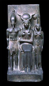 Tríada de Micerino, Museo de Bellas Artes de Boston. Din IV. Aparece Hathor, sentada en el centro agarrando al faraón, junto a la deidad de un nomo. Une dos figuras de pie con una sentada. La musculatura del faraón contrasta con las formas sinuosas de las dos deidades. La din IV es el momento culminante de la estatuaria real, muestra un modelo idealizado pq es el doble del monarca. Se mantiene sin grandes cambios entre las V-VI Din. Una inov son las estatuas colosales inspiradas en la…